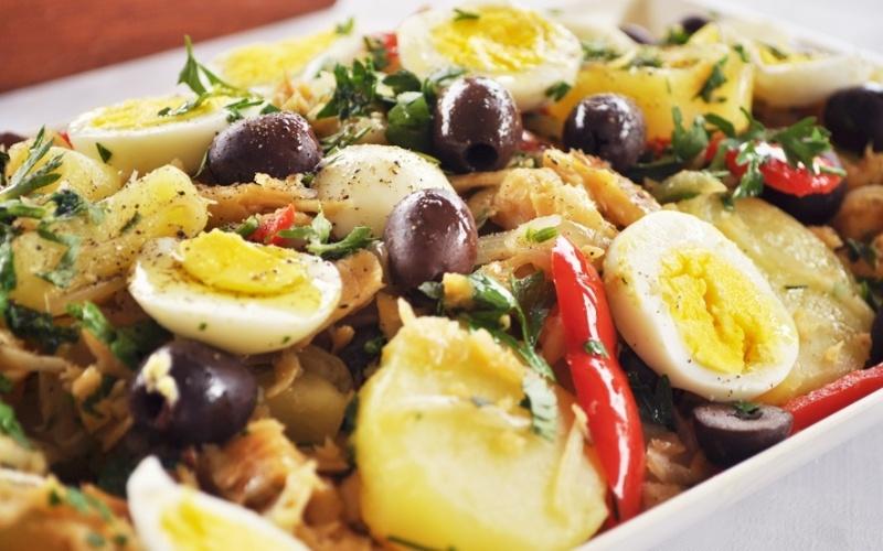 Bacalhau com ovo, pimentão e azeitonas